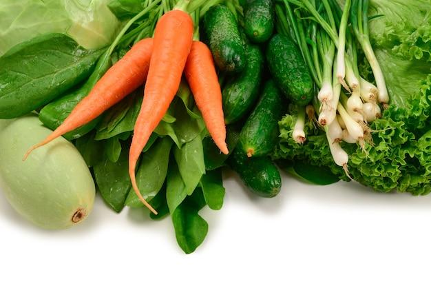 신선한 녹색 야채와 허브 테이블에