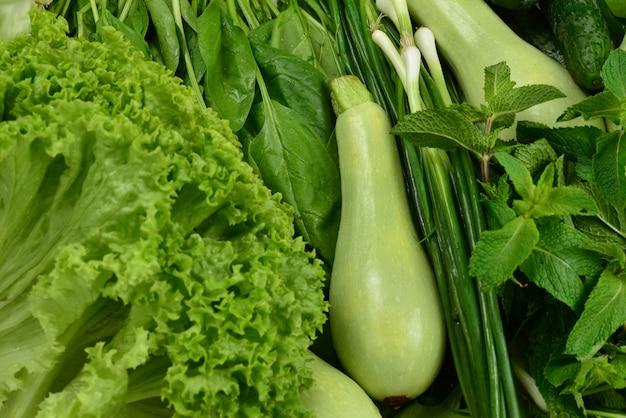 신선한 녹색 채소와 허브
