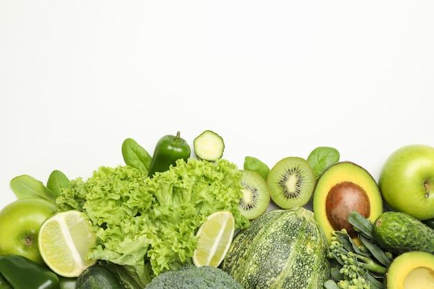 白で分離された新鮮な緑の野菜