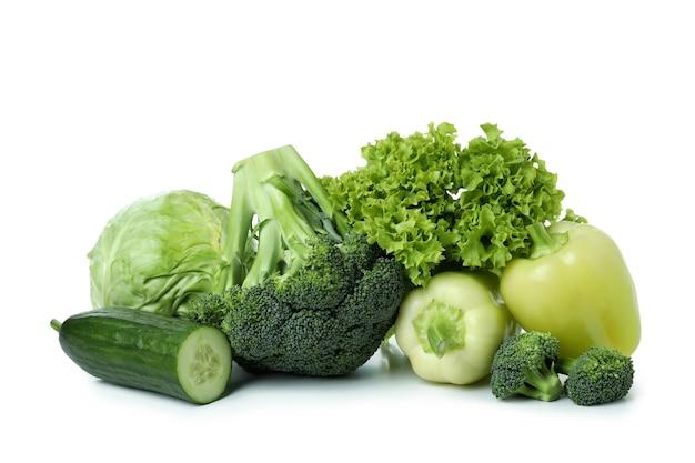 Свежие зеленые овощи, изолированные на белом фоне