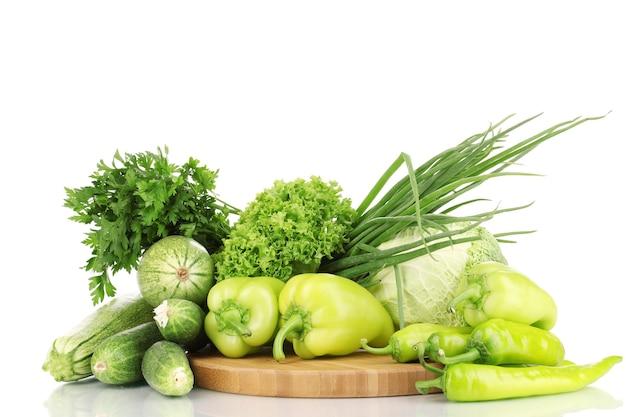 白で隔離まな板の上の新鮮な緑の野菜