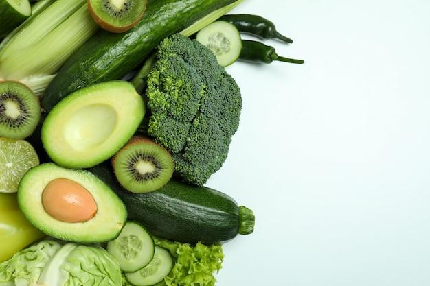 Свежие зеленые овощи на белом фоне