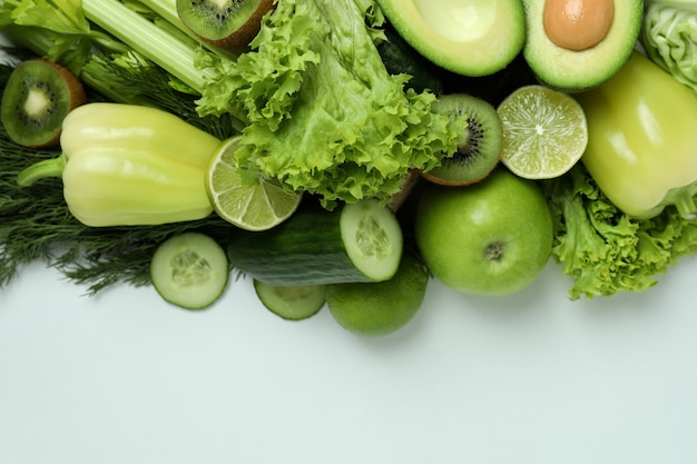 화이트에 신선한 녹색 채소