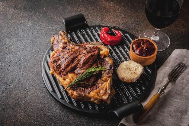 Стейк из свежего мяса на гриле с красным вином