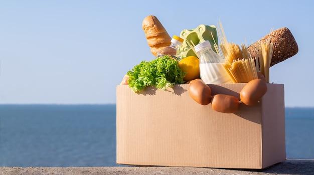 段ボール箱の新鮮な食料品