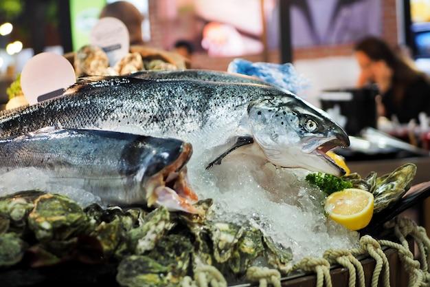 Свежие рыбы морского окуня в льде для продажи на рынке.