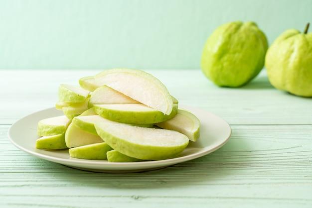 スライスした新鮮なグアバ果実