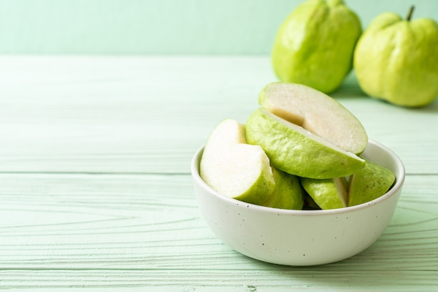 スライスした新鮮なグアバフルーツ(トロピカルフルーツ)