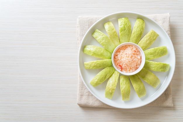 新鮮なグアバをチリと塩漬けでスライス