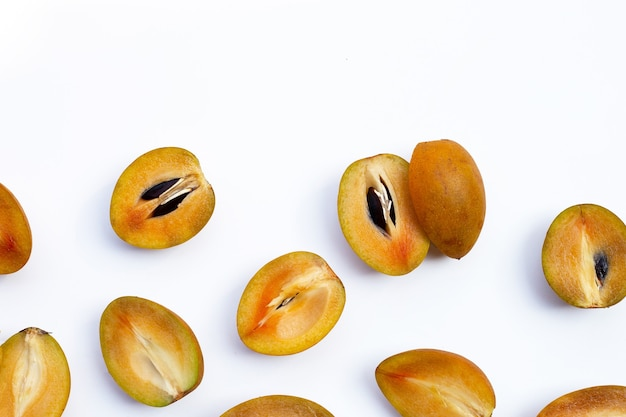 白い背景で隔離の新鮮な半分のサポジラフルーツ