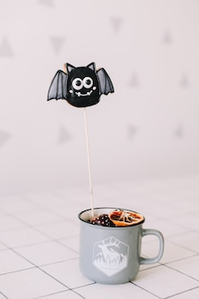 Свежее имбирное печенье на хэллоуин в виде летучей мыши