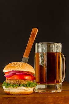 テーブルの上のビールと新鮮なハンバーガー
