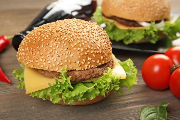 Свежие гамбургеры с колой, крупным планом