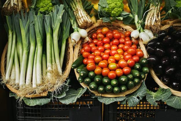 Свежий урожай в корзине, красиво представленный снаружи на рынке для продажи