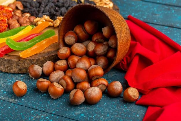 Nocciole fresche sul colore della foto dello spuntino della scrivania blu