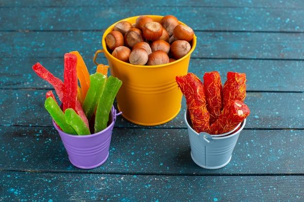 Nocciole fresche con torrone e gelatine su blu
