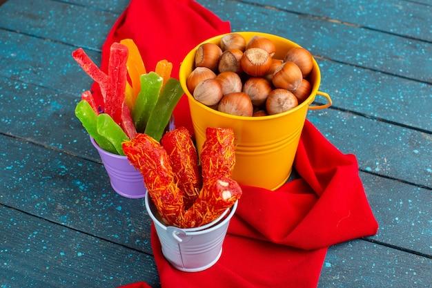 Nocciole fresche con torrone e marmellata su blu