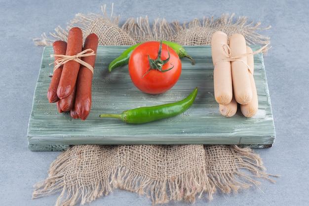 新鮮でヘルシーな朝食。ゆでソーセージサラミと野菜。