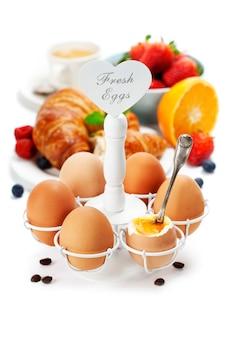 Свежий здоровый завтрак с яйцами