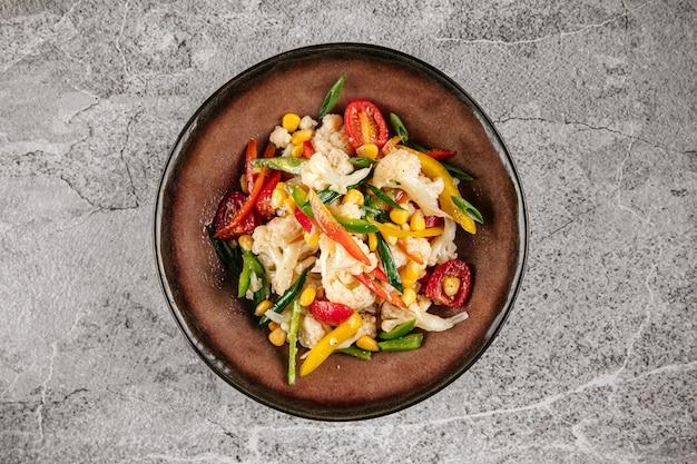 Салат из свежей здоровой цветной капусты с овощами