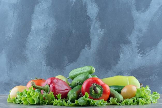 新鮮な健康食品。灰色の背景に新鮮な野菜。