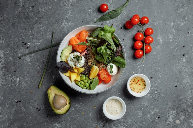 Свежий здоровый легкий завтрак, бизнес-ланч. завтрак с яйцом-пашот, гречкой, красной рыбой, свежим салатом, огурцами и помидорами черри, концепция бизнес-ланча.