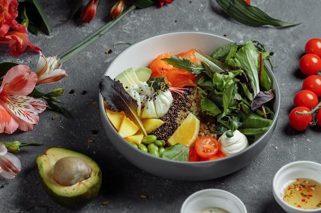 Свежий здоровый легкий завтрак бизнес-ланч завтрак с яйцом пашот гречка красная рыба фреш