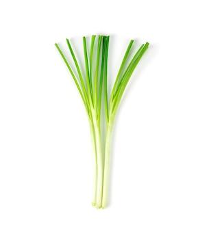 Свежие здоровые органические зеленые овощи чеснок чеснок, китайский лук нарезанный, зеленая трава на белом.