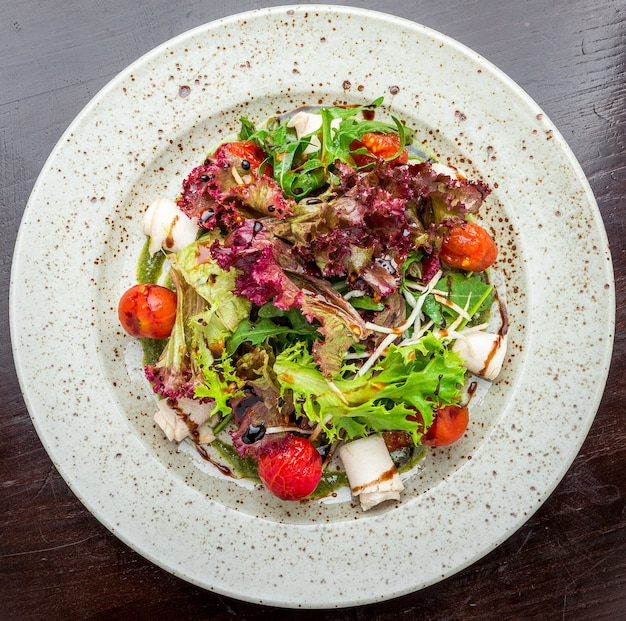 Свежий здоровый салат, сыр, мясо на тарелке