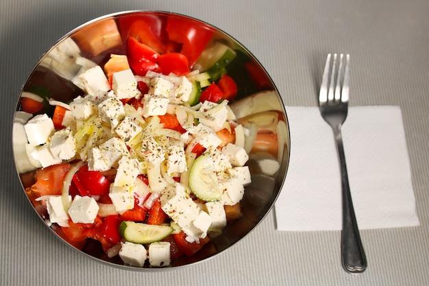 トマト、きゅうり、玉ねぎ、チーズの新鮮でヘルシーなサラダ。ギリシャ料理、ダイエット食品、痩身。