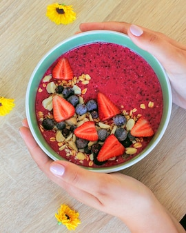 딸기, 딸기와 그 라 놀라와 아몬드 신선한 건강 한 여름 베리 스무디 그릇
