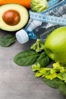 Свежие здоровые овощи, вода. концепция здоровья, спорта и диеты.
