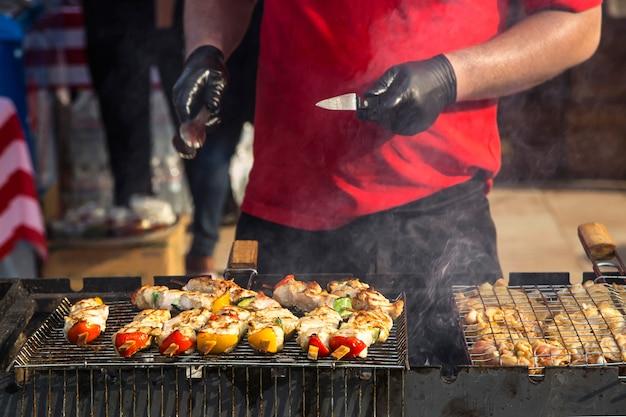 Свежая сытная куриная уличная еда с овощами гриль