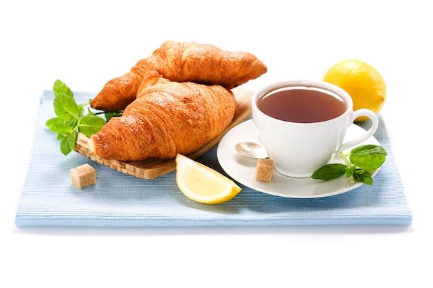 Свежий травяной мятный чай с круассаном