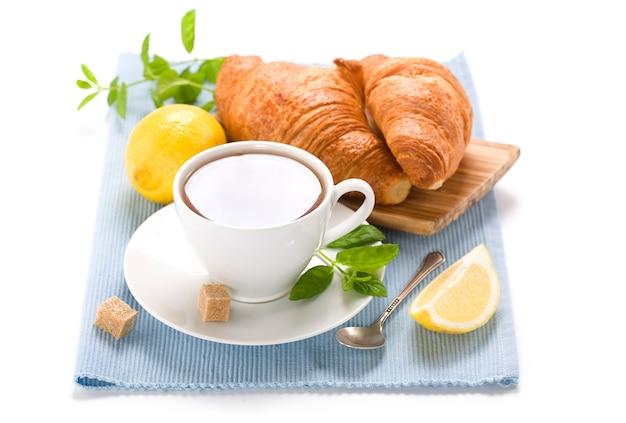 Свежий травяной мятный чай с круассанами