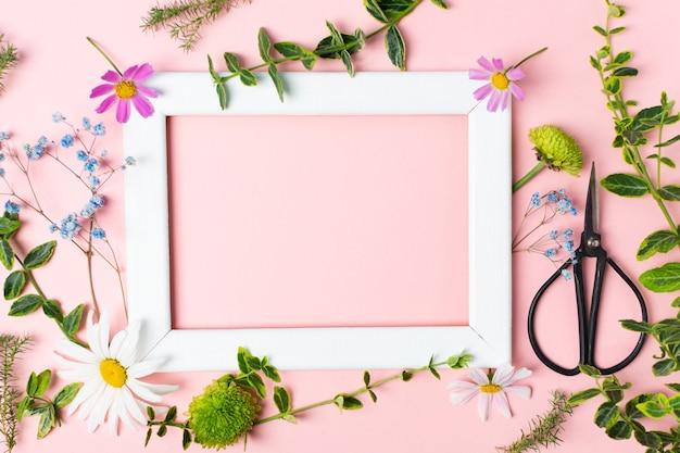 신선한 허브 꽃 가위와 프레임이 있는 식물 표본 상자를 만들기 위한 노트북