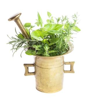 テーブルの上の銅モルタルの新鮮なハーブ