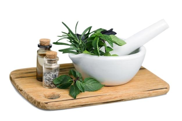 乳鉢の新鮮なハーブ-代替医療