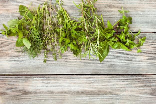 Свежие травы на деревянных фоне с копией текста