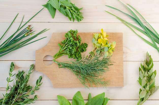 新鮮なハーブ、木製の背景にボード上のスパイス。収穫