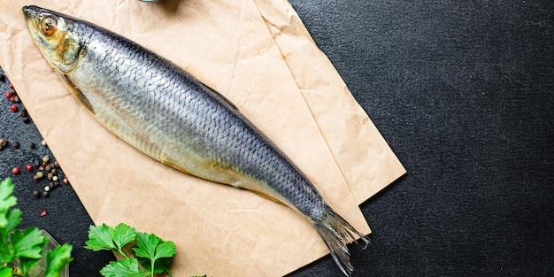 新鮮なニシンの魚の塩漬けシーフードは、テーブルのペスカタリアンダイエットですぐに食べられます