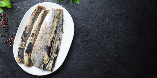 Свежая сельдь, рыба, соленые морепродукты, готовые к употреблению на столе пескетарианской диеты