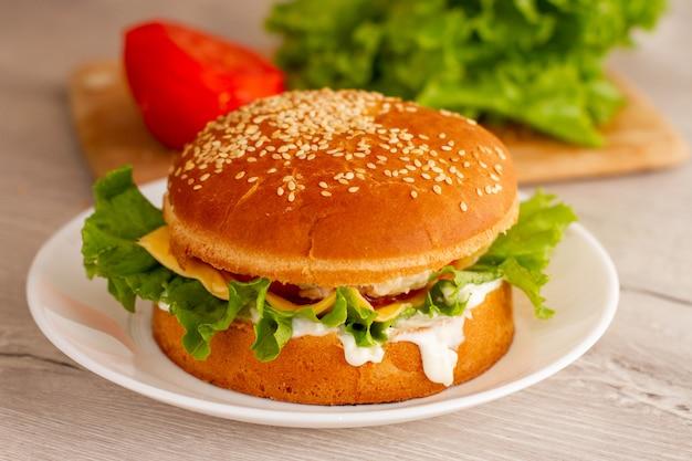 テーブルの上の白い皿に新鮮なhomdemadeサンドイッチ