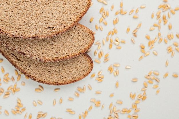베이지 색 표면에 고립 된 신선한 홈 메이드 구운 슬라이스 빵