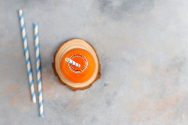 Свежий домашний морковный сок.