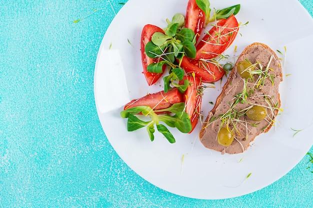 Свежий домашний паштет из куриной печени на хлебе и салате из помидоров