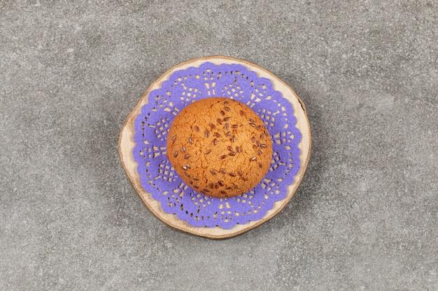 Biscotto fresco fatto in casa sulla tavola di legno.