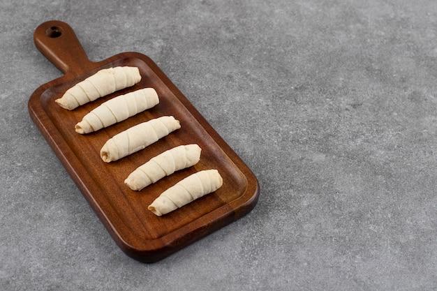 나무 커팅 보드 위에 연속으로 신선한 수제 쿠키