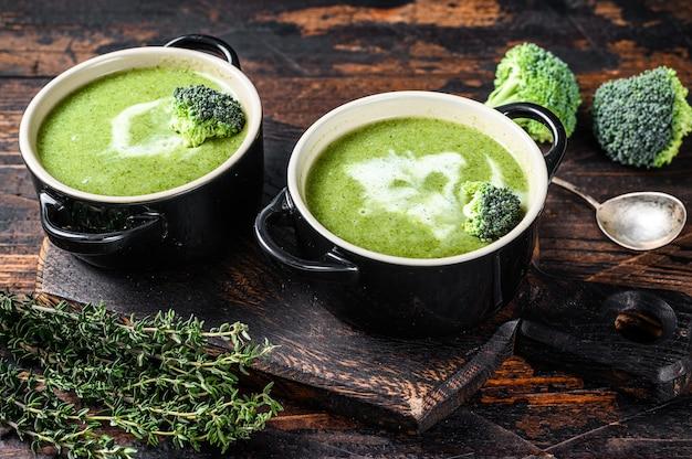 ボウルに新鮮な自家製クリームブロッコリースープ