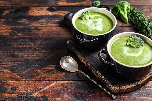 Свежий домашний крем-суп из брокколи в миске